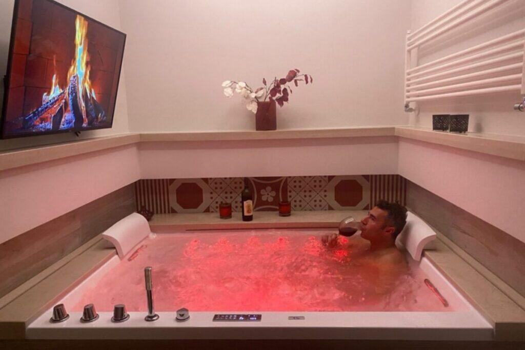 Una suite con idromassaggio a Bernalda in una camera calda e romantica dotata di ogni comfort.